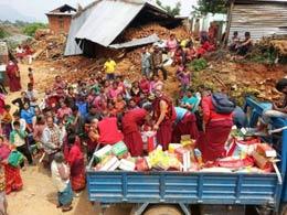 M�nche bei der Hilfe in Kathmandus Tr�mmern